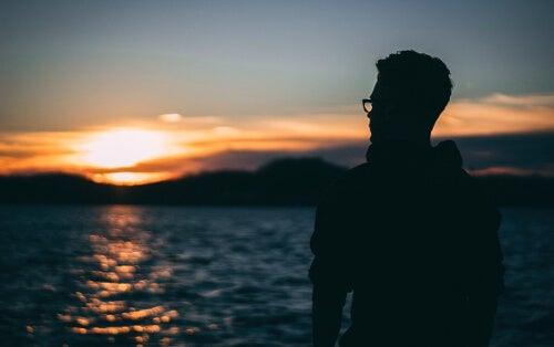 Mężczyzna na brzegu jeziora
