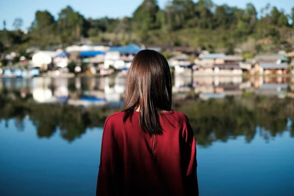 Kobieta nad brzegiem jeziora