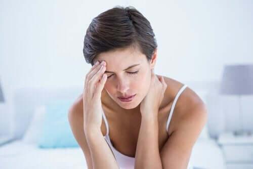 Kobieta cierpiąca na bóle głowy