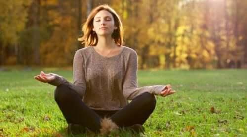 Kobieta medytująca w lesie