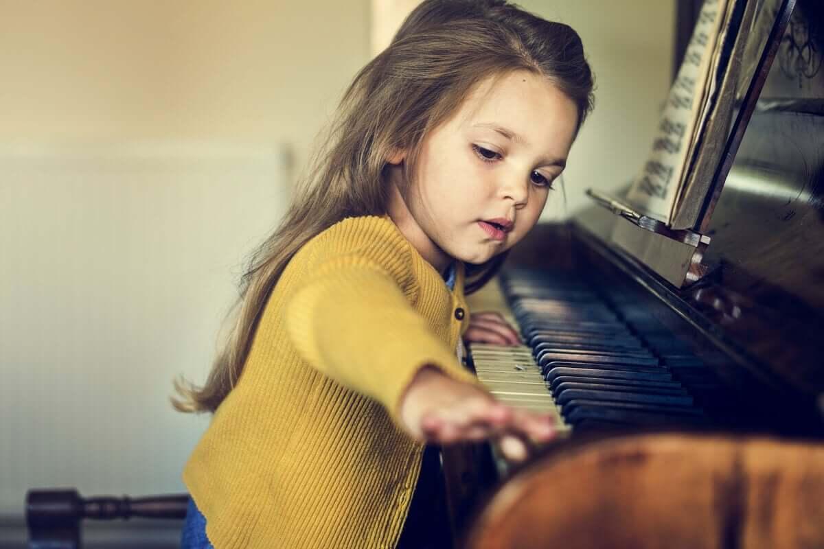 Dziewczynka przy fortepianie