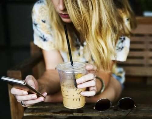 Nastolatka pisząca na komórce