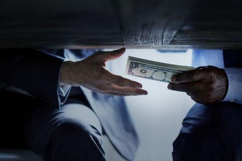 Pieniądze przekazywane pod stołem