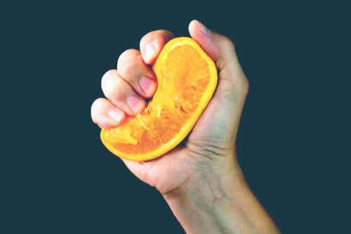 Metafora pomarańczy: co wychodzi z ciebie, gdy życie cię ściska?