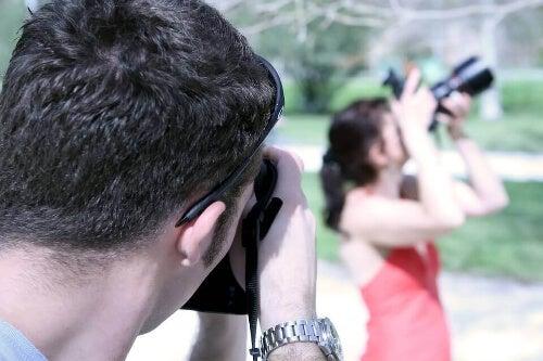 Robienie zdjęcia kobiecie