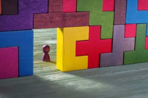 Drewniane bloki na wzór Tetrisa i mały pionek