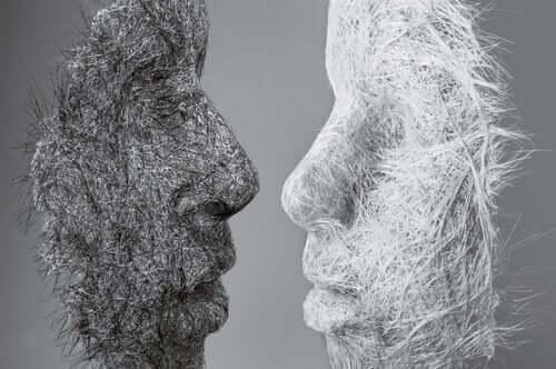 Dwie maski naprzeciw siebie