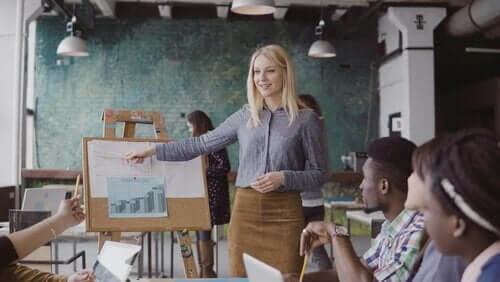 Kobieta robi prezentację dla małej grupy osób