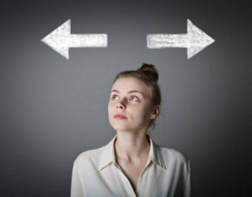 Kobieta zastanawia się, jaką podjąć decyzję