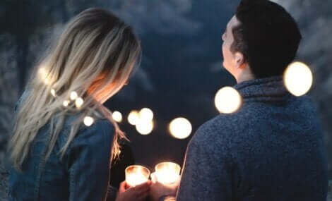 Para zapalająca świeczki