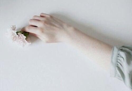 Ręka z kwiatkiem