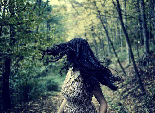 Kobieta w lesie - strach i negatywne emocje