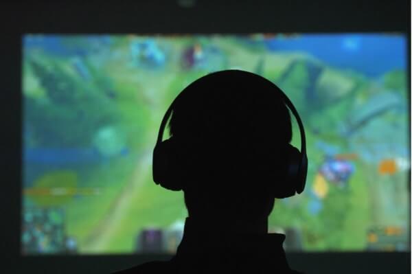 Nastolatek przed ekranem