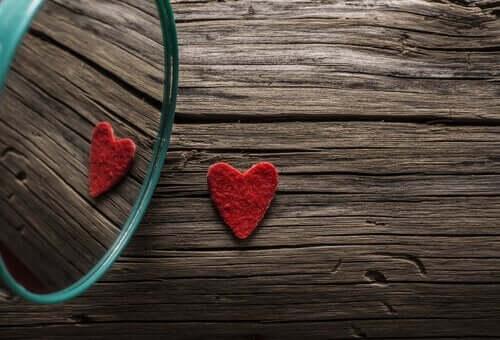Odbicie serca z filcu w lustrze