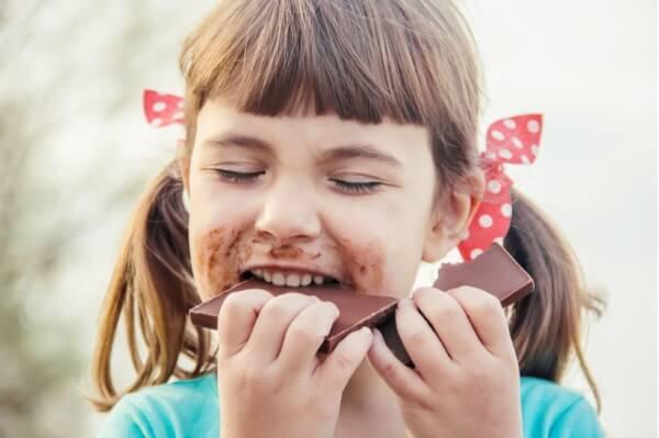 Dziecko jedzące czekoladę