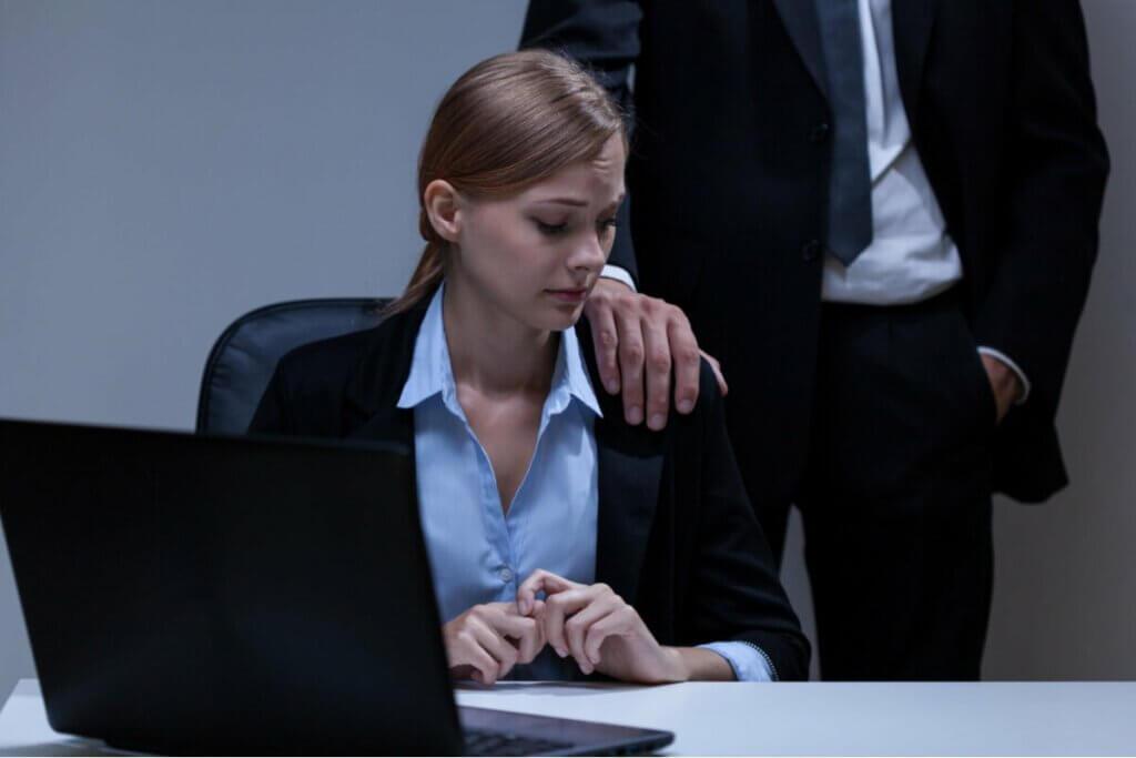 Zaczepianie kobiety w pracy