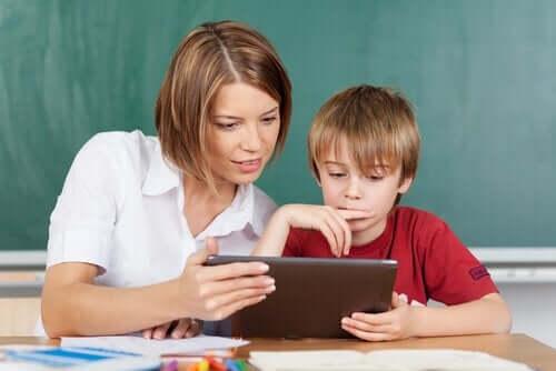 Nauczycielka z dzieckiem
