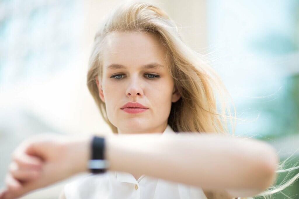 Kobieta zerkająca na zegarek