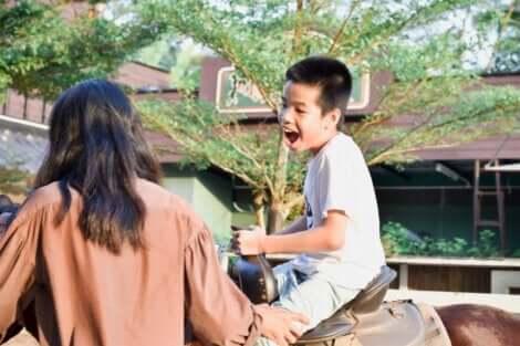 Chłopiec jedzie na koniu - terapia