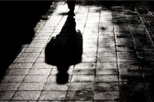Cień człowieka na ulicy