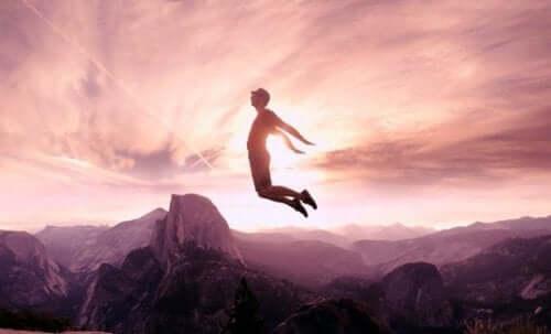 Człowiek skacze nad przepaścią
