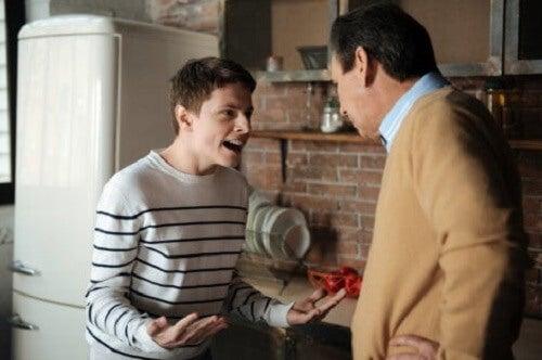 Kłótnia ojca z synem - agresja wśród nastolatków