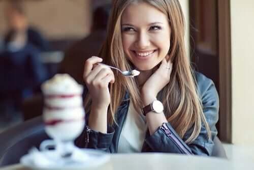 Kobieta jedząca jogurt