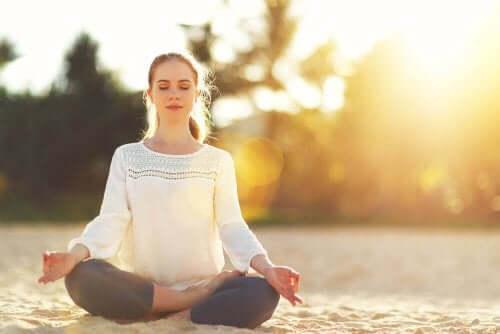 Kobieta medytuje w słoneczny dzień