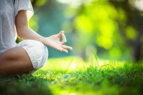 Kobieta medytuje w ogrodzie