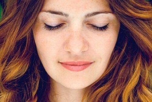 Kobieta medytuje z zamkniętymi oczyma - rodzaje medytacji