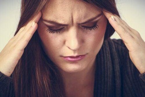 Kobieta cierpi na mignrenę - przerwany sen ma negatywny wpływ na zdrowie