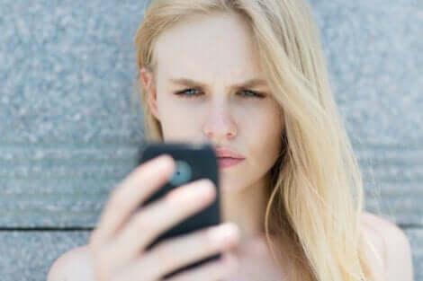 Kobieta sprawdza telefon