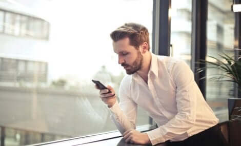 Mężczyzna sprawdza telefon