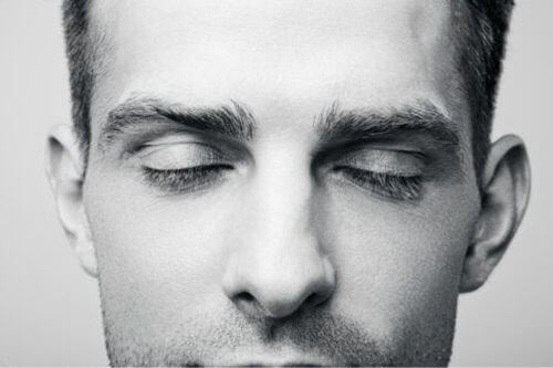 Mężczyzna marzy z zamkniętymi oczami