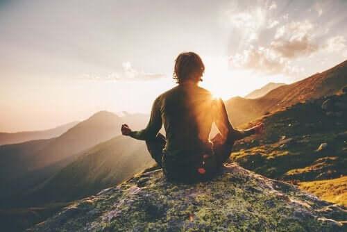 Mężczyzna medytuje w górach
