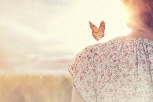 Motyl na ramieniu kobiety