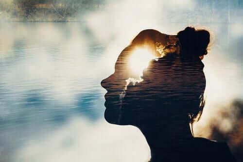 Kobieta na tle nieba i wody