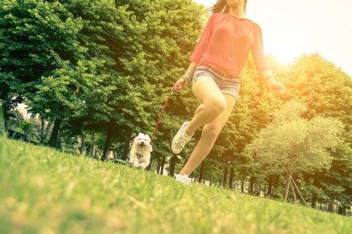 Kobieta z psem na łące