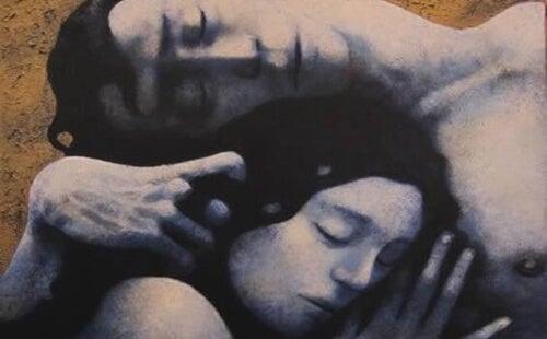 Para przytulona do siebie