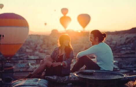 Para oglądająca balony