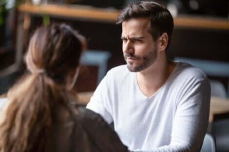 Para rozmawia w restauracji