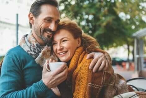 Przytulająca się para - zanim wejdziesz w nowy związek