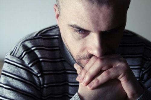 Smutny mężczyzna - smutek trwa długo