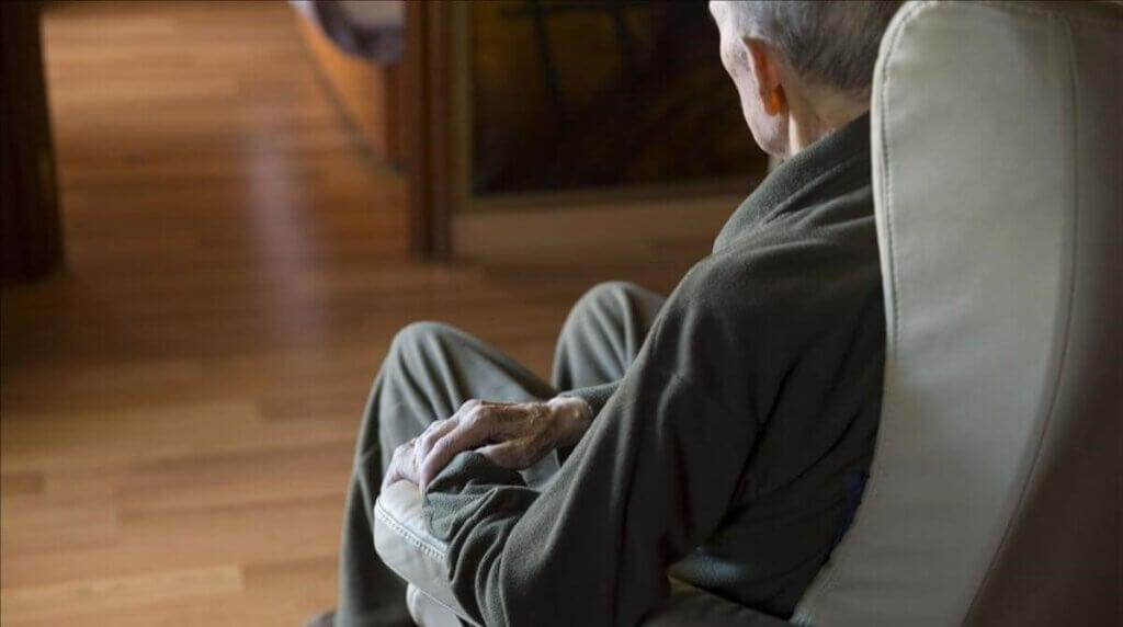 Starszy mężczyzna w fotelu
