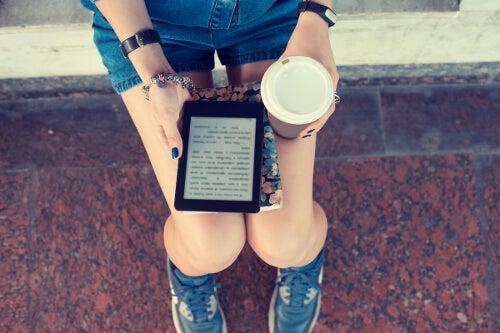 Kobieta z czytnikiem Kindle