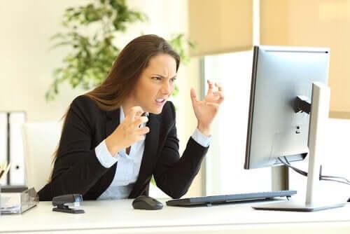 Zdenerwowana kobieta przed laptopem