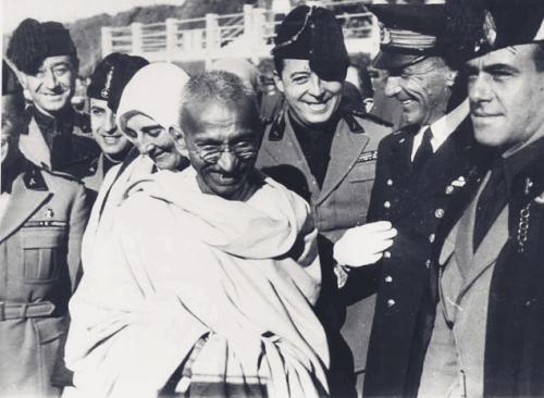 Ghandi w otoczeniu ludzi