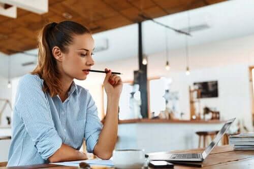 Kobieta pracująca w kawiarni