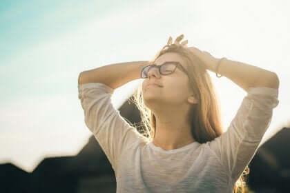 Kobieta wypoczywa w promieniach słonecznych