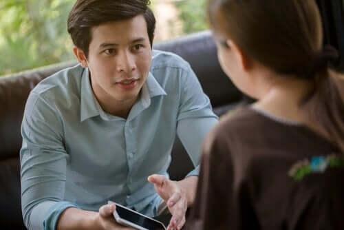 Mężczyzna rozmawiający z kobietą